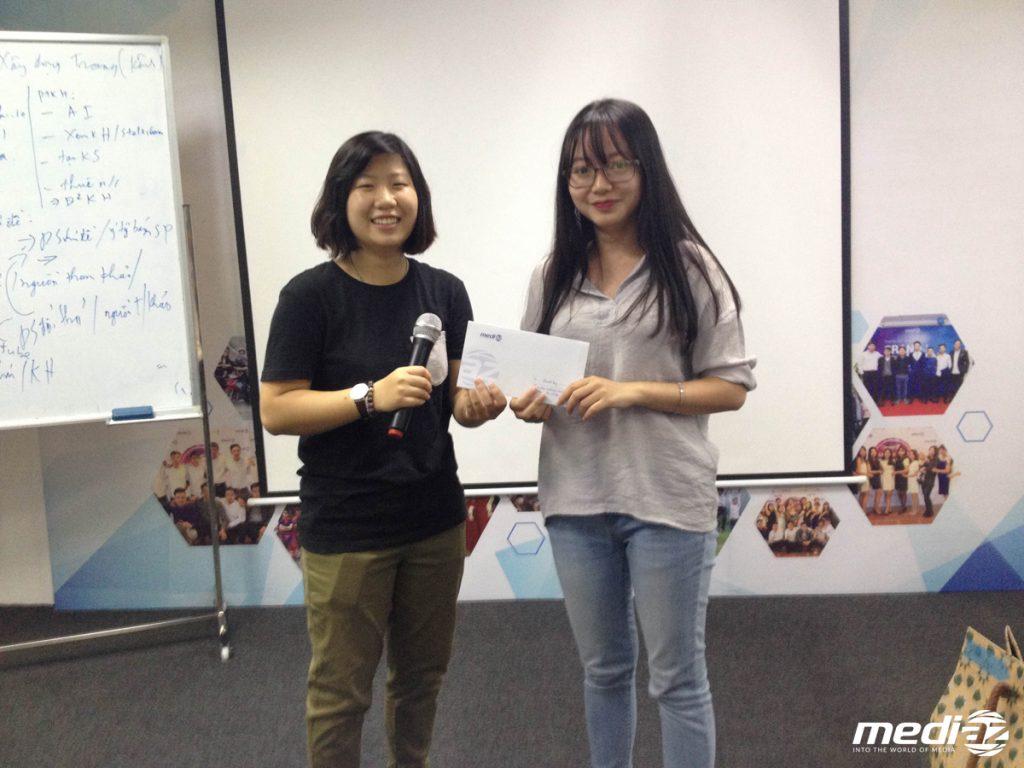 Cẩm Vân - cô thực tập sinh xinh xắn của phòng Creative đã nhận được danh hiệu Thực tập sinh xuất sắc nhất tháng