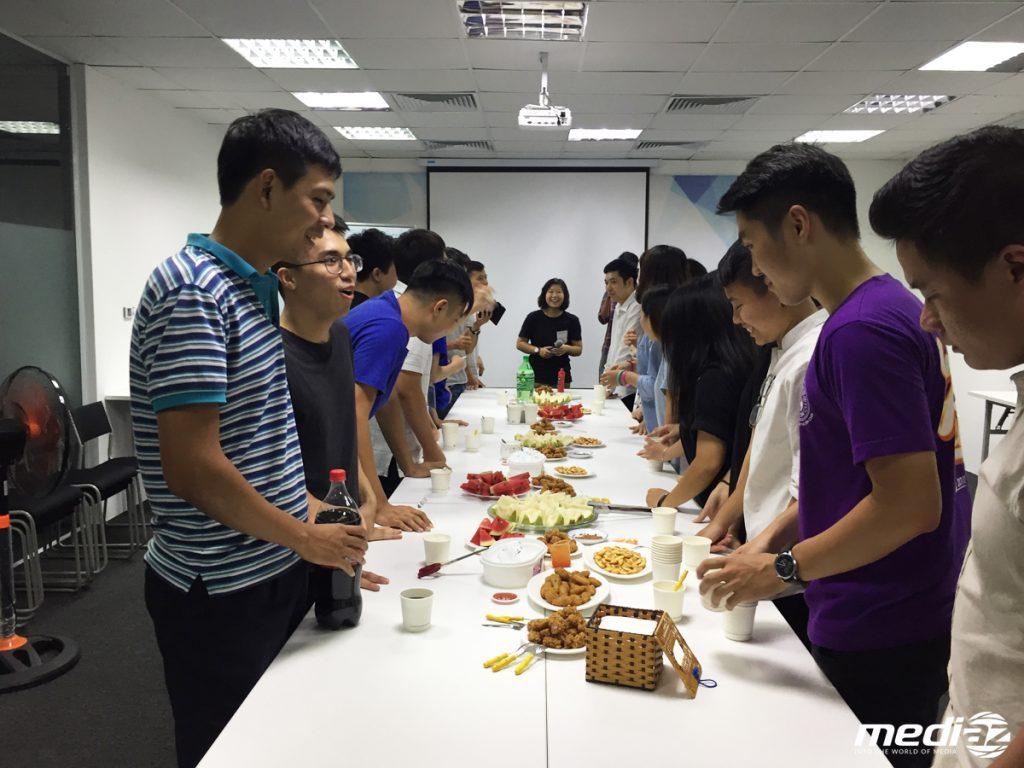 Chị Phương Anh - Trưởng phòng Happiness phát biểu bắt đầu buổi tiệc.