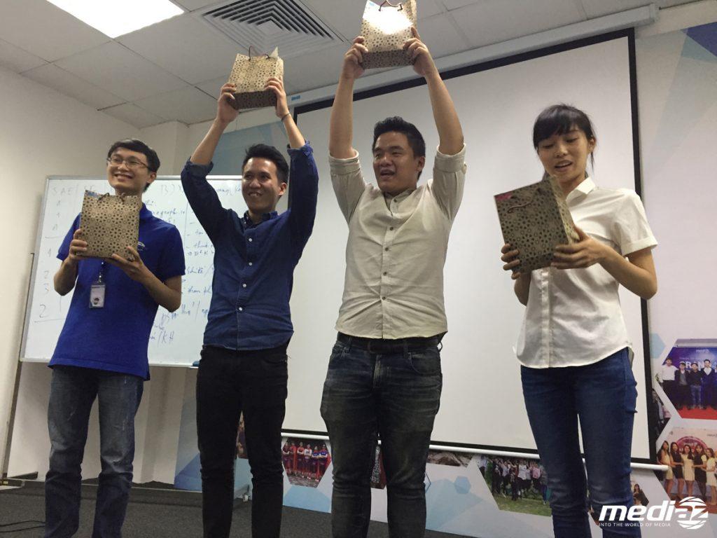 Các thành viên mới vui mừng khi nhận được bộ Welcome Kit cực cool